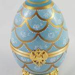 Oeuf porcelaine peint main coquilles or mat et relief comprenant une figurine cristal Swarovski